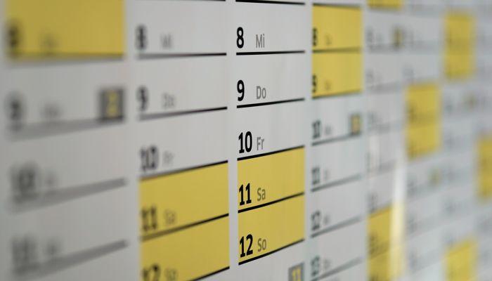 En närbild av en kalender där kanterna är suddiga